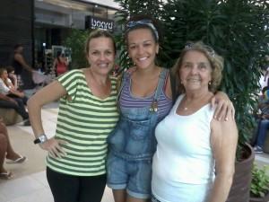 Isabela com suas duas mães.